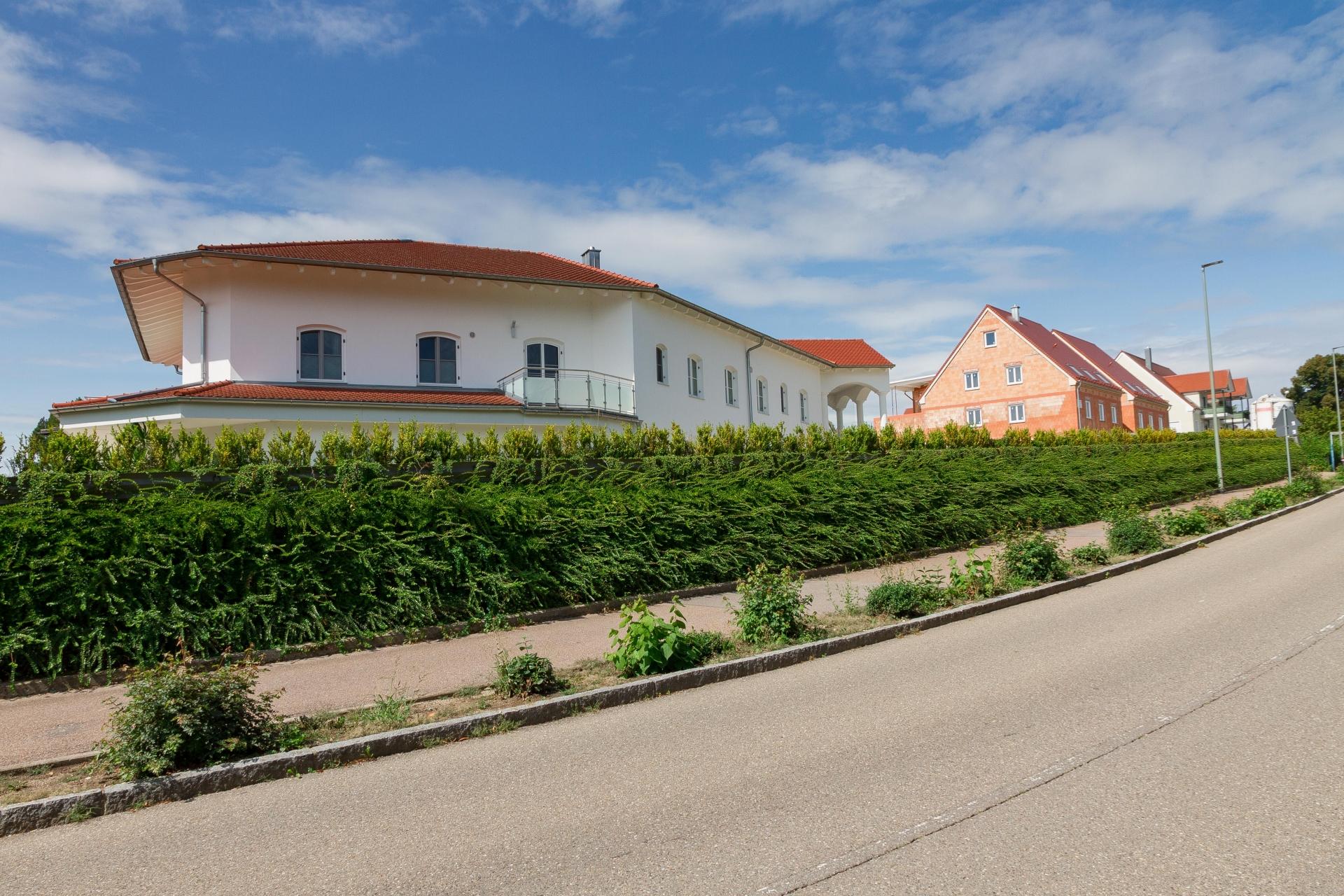 Eine voll begrünte Lärmschutzwand im Landkreis Donau-Ries schützt den Garten vor Straßenlärm