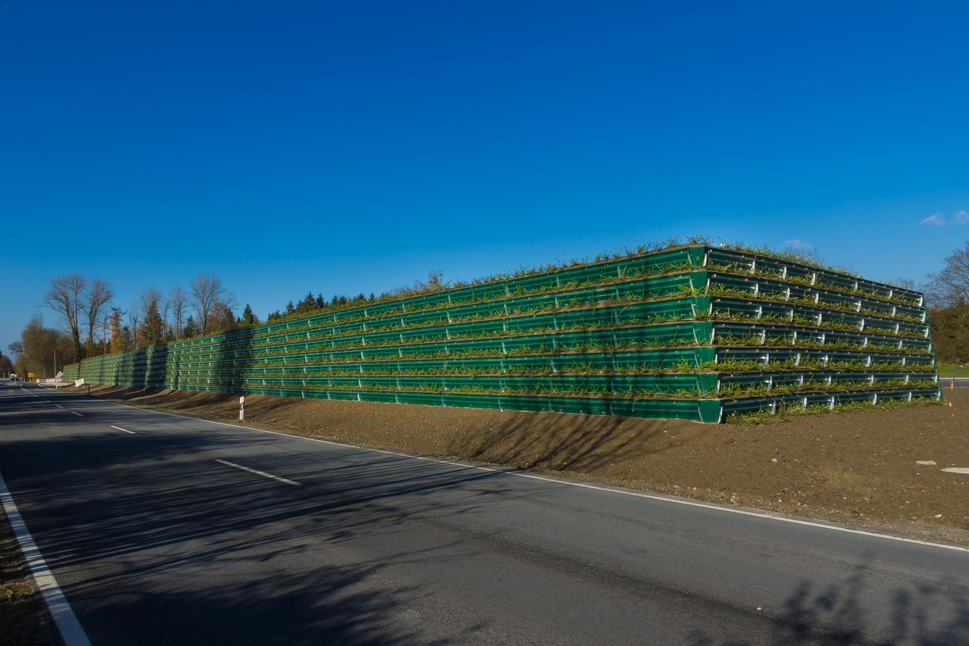 naturawall Lärmschutzwand an einer viel befahrenen Straße in Mühldorf Kommunal Öffentlich